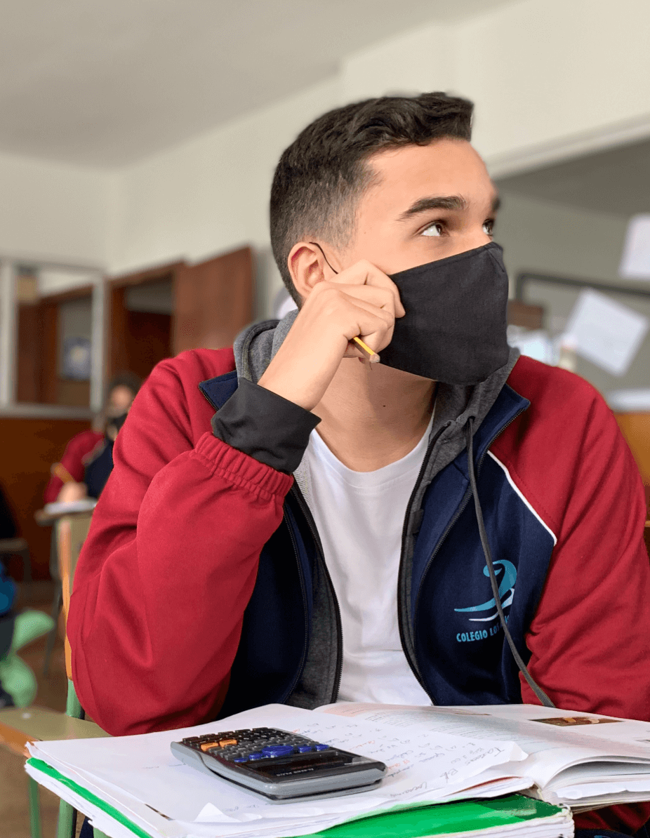 adolescente atendiendo en clase